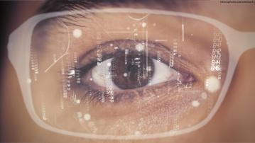 Ein Auge blickt durch eine Brille in deren Glas verschiedene Daten eingespiegelt werden.