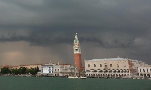 Der Glockenturm von San Marco aufgenommen vom Boot auf dem Weg zu San Servolo