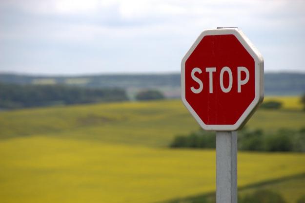Foto von einem Stop-Schild vor Landschaft