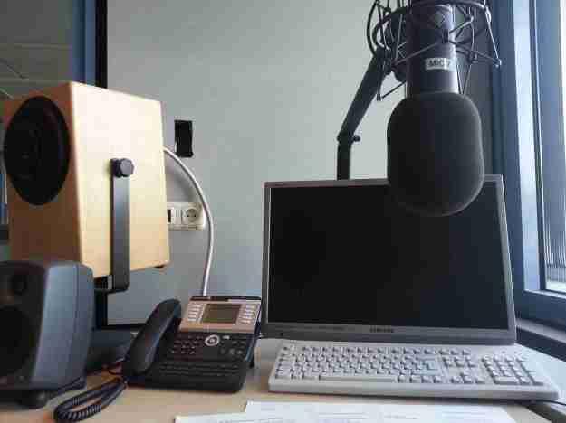 Ein Aufnahmestudio mit Mikrofon und Laptop