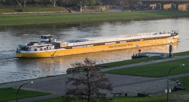 Foto der MS Wissenschaft auf einem Fluß oder Kanal