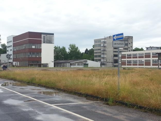 Foto: Michael Lobeck, Lizenz CC BY 4.0 <br>Das west.side Gelände in Bonn mit Blick auf die Bestandsgebäude »Fabrik«, »Werkstatt« und »Silo«.