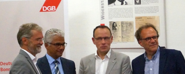 Die Kandidaten Tom Schmidt, Ashok Sridharan und Peter Ruhenstroth-Bauer zur OB-Wahl 2015 in Bonn mit Moderator Cay Kinzel nach der Diskussion im DGB-Haus am 24.8.15