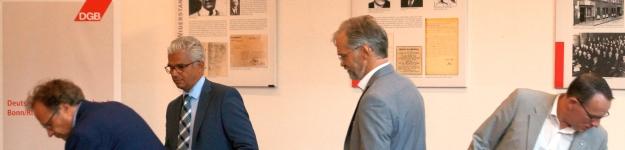 Die Kandidaten Tom Schmidt, Ashok Sridharan und Peter Ruhenstroth-Bauer zur OB-Wahl 2015 in Bonn und Moderator Cay Kinzel nach der Diskussion im DGB-Haus am 24.8.15