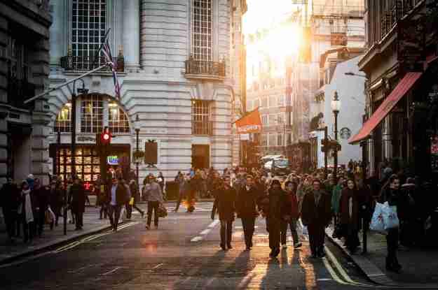 Foto einer Straße in London mit zahlreichen Menschen, die spazieren