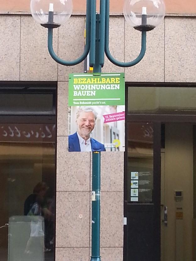 """Foto eines Wahlplakates von Tom Schmidt, Bündnis 90 / Die Grünen mit der Aufschrift """"Bezahlbare Wohnungen bauen"""" für den OB-Wahlkampf in Bonn 2015"""