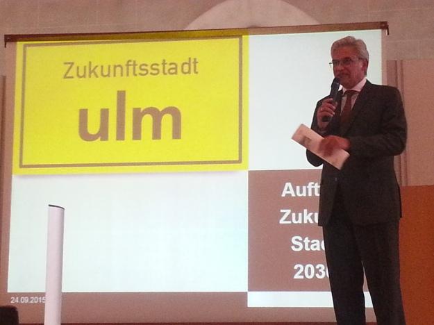 Foto von Gunter Czisch, Erster Bürgermeister der Stadt Ulm, bei seiner Begrüßung auf der Auftaktveranstaltung zur Zukunftsstadt Ulm 2030