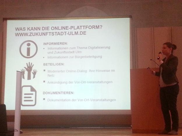 Foto von Marion Wesso von Zebralog bei ihrem Vortrag zur digitalen Beteiligungsplattform auf der Auftaktveranstaltung zur Zukunftsstadt Ulm 2030