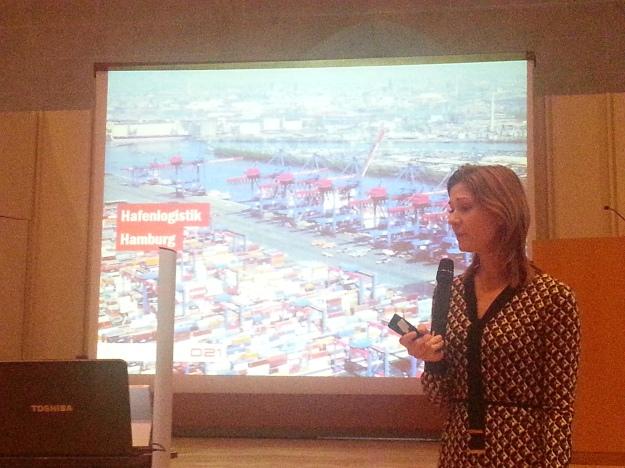 Foto von Lena-Sophie Müller bei ihrem Vortrag zur Digitalisierung auf der Auftaktveranstaltung zur Zukunftsstadt Ulm 2030