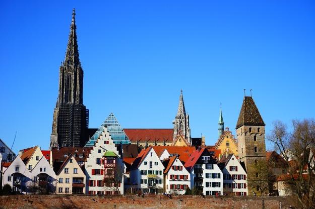 Foto vom Ulmer Münster mit einigen Häusern im Vordergrund