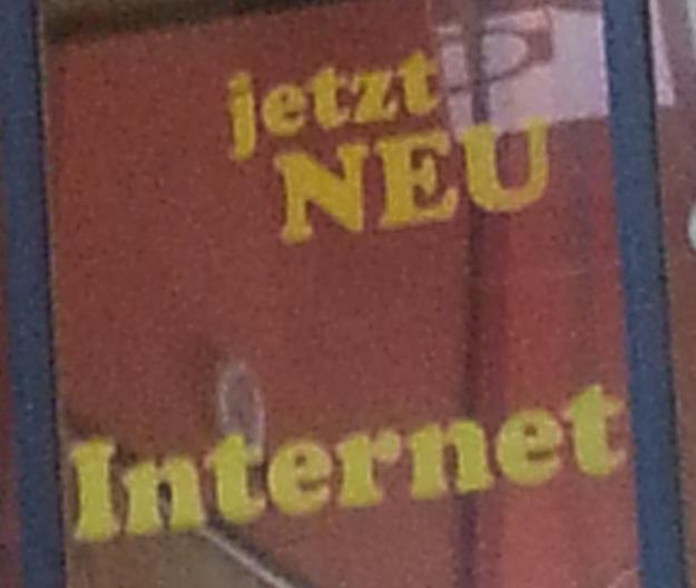 """Foto des Werbeschriftzuges """"jetzt NEU Internet"""" im Ulmer Hbf"""