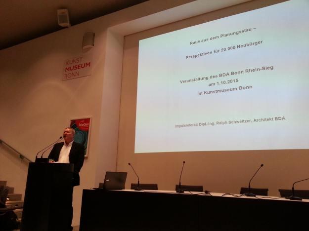 """Foto von Ralph Schweitzer, BDA, bei seinem Vortrag """"Raus aus dem Planungsstau"""" am 1.10.2015 im Forum des Kunstmuseum Bonn."""