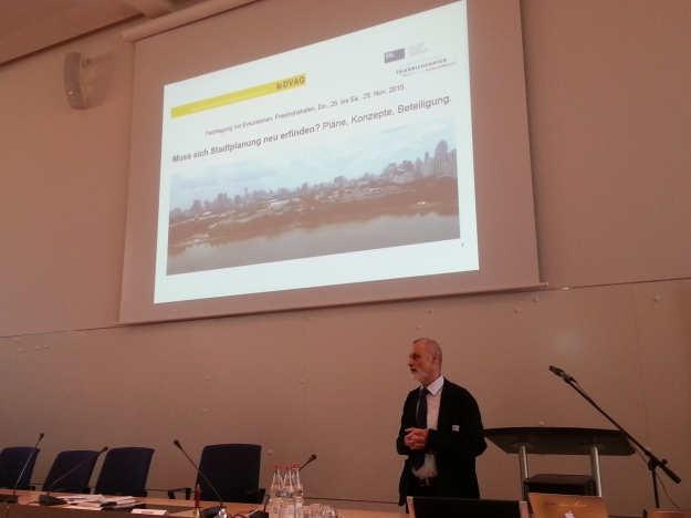 """Foto von Burghard Rauschelbach, als er die Fachtagung """"Muss sich Stadtplanung neu erfinden?"""" von DVAG und SRL in Friedrichshafen eröffnet"""