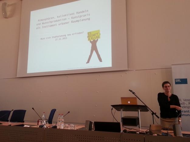 """Foto von Karen van den Berg, bei Ihrem Vortrag """"Kunstpraxis als Instrument urbaner Raumplanung"""" bei der Fachtagung """"Muss sich Stadtplanung neu erfinden?"""" von DVAG und SRL in Friedrichshafen"""