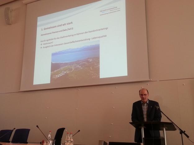 """Foto von Thomas Goldschmidt, bei seinem Vortrag """"Stadtplanung und Stadtmarketing - Gute Freunde?!"""" bei der Fachtagung """"Muss sich Stadtplanung neu erfinden?"""" von DVAG und SRL in Friedrichshafen"""