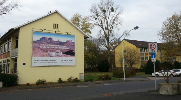 Foto des Eingangs in die Amerikanische Siedlung Plittersdorf (Kennedyallee / Europastraße)