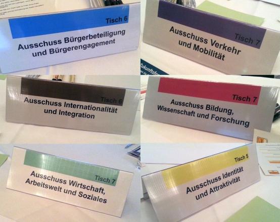 Foto von den Tischschildern der sechs Ausschüsse beim Zukunftsforum Bonn 2030 am 30.1.16 in der Stadthalle Bad Godesberg