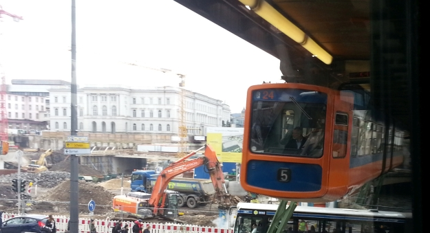 Foto einer Schwebebahn in Wuppertal mit Blick auf Großbaustelle Hauptbahnhof