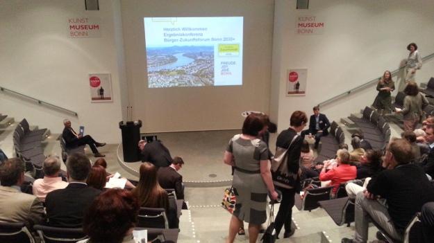 Foto des Tagungsraums im Kunstmuseum Bonn bei der Ergebniskonferenz des Bürger-Zukunftsforums Bonn 2030