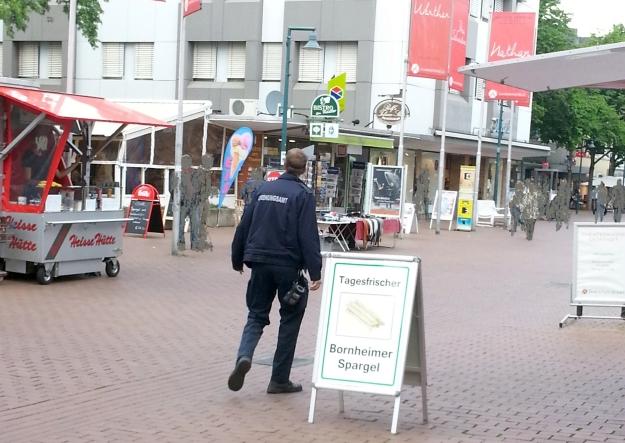 Foto eines Ordnungsamts-Mitarbeiters in der Fußgängerzone Bonn Bad Godesberg