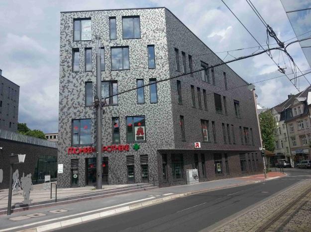 Foto der Bebauung am Konrad-Adenauer Platz in Bonn Beuel am 2.6.2016 / Blick auf den Baukörper an der Friedrich-Breuer-Straße von der Haltestelle der Linie 62