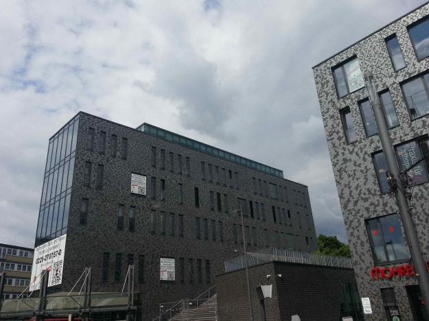 Foto der Bebauung am Konrad-Adenauer Platz in Bonn Beuel am 2.6.2016 / Blick von der Haltestelle der Linie 62 auf das Gebäude an der St. Augustiner Straße