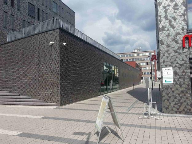 Foto der Bebauung am Konrad-Adenauer Platz in Bonn Beuel am 2.6.2016 / Blick auf den Durchgang zwischen den Baukörpern St. Augustiner Str. und Friedrich-Breuer-Str. von der Haltestelle der Linie 62 Richtung Platz vor dem Rathaus