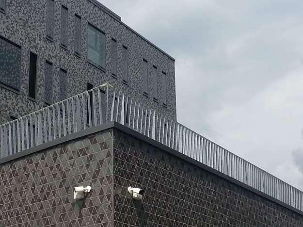 """Foto der Bebauung am Konrad-Adenauer Platz in Bonn Beuel am 2.6.2016 / Blick auf den """"Balkon"""" vor dem Baukörper an der St. Augustiner Str. mit dem Detail Videoüberwachung des öffentlichen Raumes"""