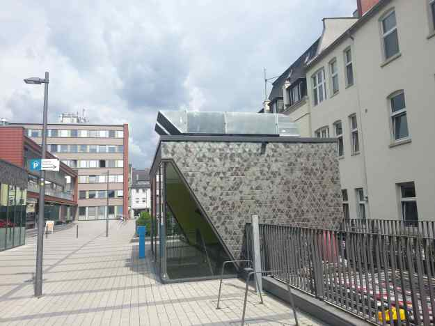 Foto der Bebauung am Konrad-Adenauer Platz in Bonn Beuel am 2.6.2016 / Eingang zum Parkhaus mit Entlüftung auf dem Dach und Ticketkontrollsäule vor der Tür