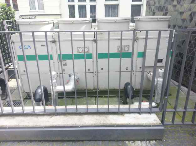 Foto der Bebauung am Konrad-Adenauer Platz in Bonn Beuel am 2.6.2016 / Klimaanlage (?) neben dem Pakrhauseingang - eher weniger in das Gesamtdesign eingebunden