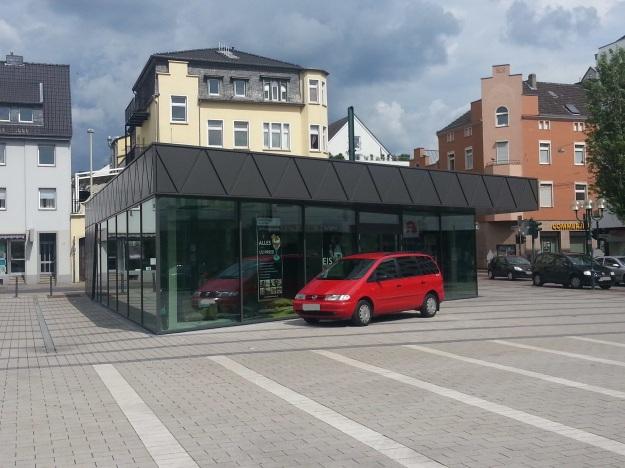 Foto der Bebauung am Konrad-Adenauer Platz in Bonn Beuel am 2.6.2016 / Blick auf den Pavillon auf dem Platz vor dem Rathaus, wo nach langer Zeit ein Eiscafé einzieht (das vierte im Beueler Zentrum)