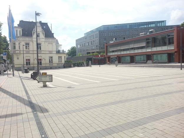 Foto der Bebauung am Konrad-Adenauer Platz in Bonn Beuel am 2.6.2016 / Blick über den Platz vor dem Rathaus auf das neue Gebäude und die Wechselwirkung mit dem Bestand