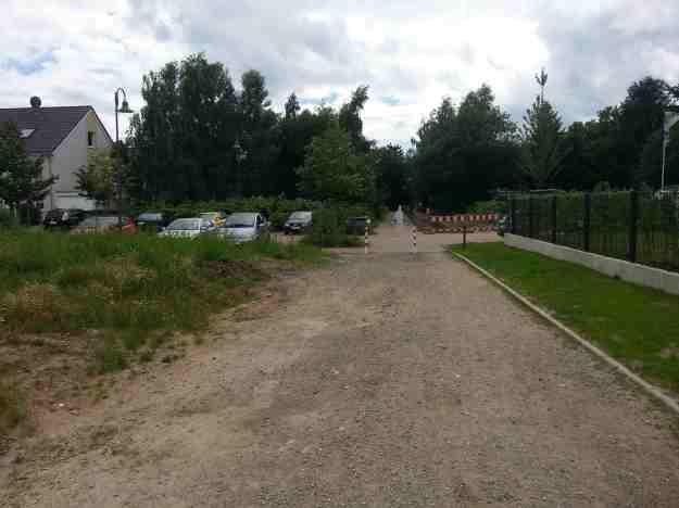 Foto entlang des nördlichen Weges der Auerberger Allee mit Blick auf Kreuzung mit Berner Str.
