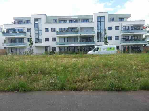 Foto von Bebauung auf der Nordseite der Grünfläche Auerberger Allee zwischen Pariser Str. und Berner Str.
