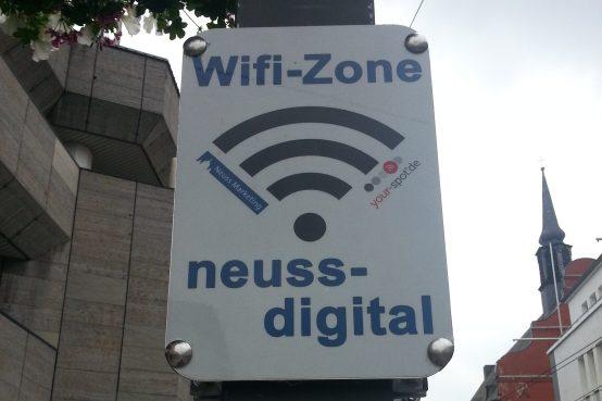 """Foto eines Schildes der """"Wifi-Zone"""" in der Fußgängerzone der Stadt Neuss (am 17.6.2016)"""