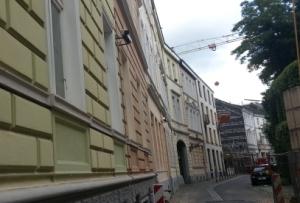 Foto einer Hausfassade in Bonn mit zwei Überwachungskameras (Attrappen), die den Bürgersteig filmt