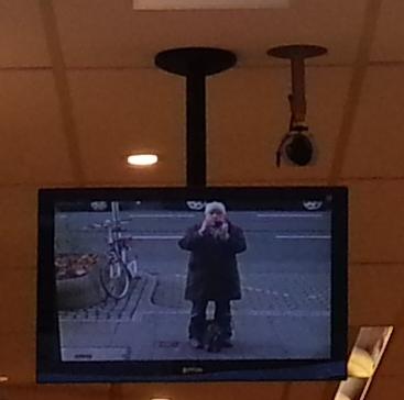 Foto einer Überwachungskamera in Düsseldorf, die aus einem Ladenlokal den Bürgersteig filmt