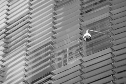 Foto einer Überwachungskamera an einer Hausfassade