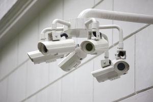 Foto einer Hausfassade mit sechs Videoüberwachungskameras