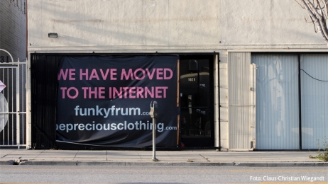 "Foto eines ehemaligen Ladenlokals in Los Angeles 2010 mit dem Text ""We have moved to the Internet"" im ehemaligen Schaufenster."