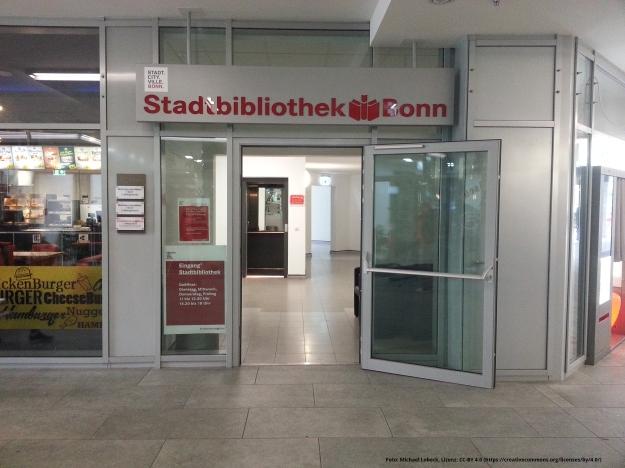 Foto des Eingangs der Stadtbücherei im Tannenbusch-Center in Bonn-Tannenbusch am 15.7.2017