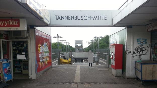 Foto des Zugangs zur Stadtbahn-Station Tannenbusch-Mitte in Bonn-Tannenbusch am 15.7.2017