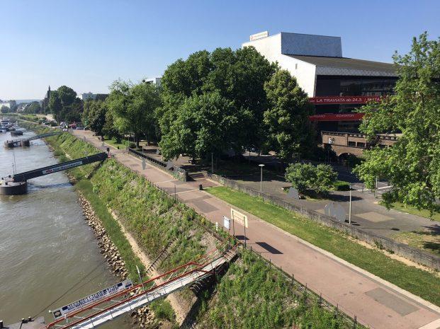 Das Foto zeigt die Rheinpromenade mit der Oper von der Südseite der Kennedybrücke aus