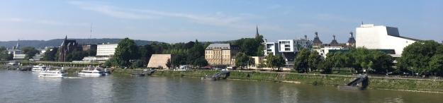Das Foto zeigt das Rheinufer von der Oper bis zur Uni-Bibliothek von der Kennedybrücke aus