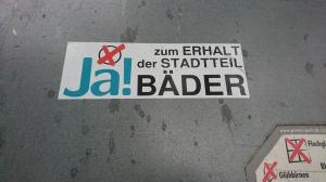 Foto eines Aufklebers zum Bürgerentscheid über den Stop des Baus eines neuen zentralen Bades in Bonn.