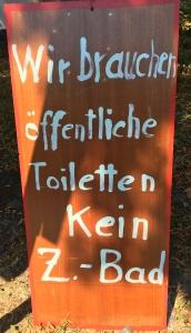 Foto eines Schildes eines/einer unbekannten Künstlers/Künstlerin zum Bürgerentscheid über den Neubau eines zentralen Bades in Bonn