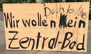 Foto eines Schildes eines/einer unbekannten Künstlers/Künstlerin zum Bürgerentscheid über den Neubau eines zentralen Bades in Bonn - übermalt