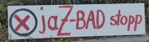 Foto eines Schildes eines/einer unbekannten Künstlers/Künstlerin zum Bürgerentscheid über den Neubau eines zentralen Schwimmbades in Bonn