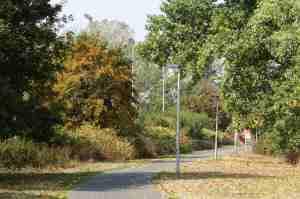 Foto des jetzigen Fuß-/Radweges zwischen dem Sportplatz Vogelsang und dem Geländer west.side aus Richtung der Staße am Probsthof