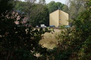 Foto der Randbebauung im Nordwesten des verlassenen Sportplatzes Vogelsang